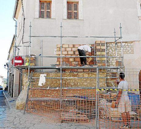 Los operarios reformando la pared de las Tres Creus. J. S.