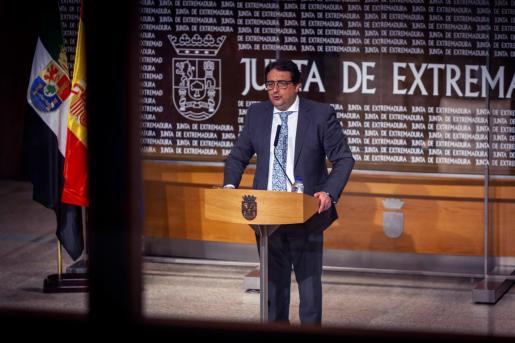 El vicepresidente segundo y consejero de Sanidad y Servicios Sociales de la Junta de Extremadura, José María Vergeles, anuncia en rueda de prensa este viernes que el uso de mascarilla será obligatorio a partir de la medianoche en toda la región.