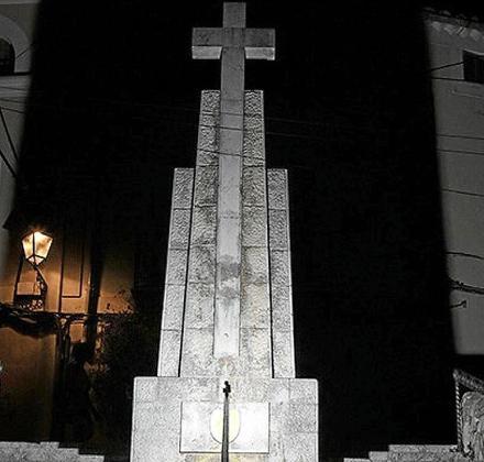 A principios de los años 90, la Cruz de los Caídos de Bunyola fue descontextualizada, eliminando de su base el nombre de los vecinos del municipio que perdieron la vida durante los tres años en que duró la contienda iniciada en 1936.
