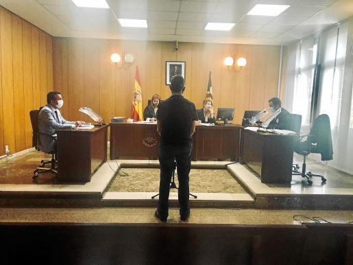 El acusado, en el juicio que tuvo lugar en una sala de Penal 6, en Palma.