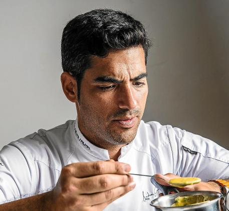 Andreu Genestra, elaborando uno de los platos en su nuevo inicio de temporada.