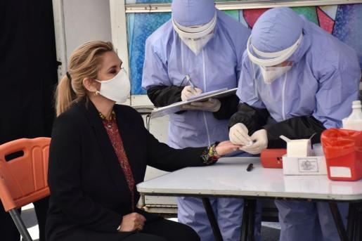 Jeanine Áñez observado por personal médico.