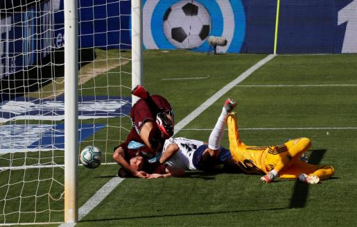 El delantero de Osasuna Enric Gallego (c) marca el 1-1 durante el partido entre Osasuna y Celta.