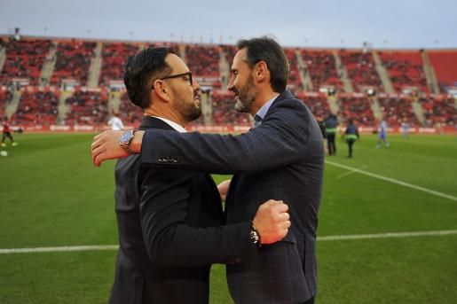 El entrenador del Real Mallorca, Vicente Moreno, y el técnico del Getafe, José Bordalás, se saludan en los instantes previos al inicio que protagonizaron sus equipos en Son Moix.