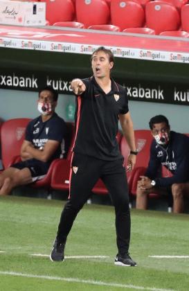 El entrenador del Sevilla FC, Julen Lopetegui, durante el partido correspondiente a la jornada 35 de LaLiga entre el Athletic de Bilbao y Sevilla en San Mamés.