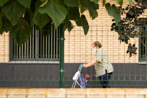 Una mujer camina por la residencia de tercera edad del Pla d'Urgell, en Lleida que permanece confinada debido a los rebrotes por el coronavirus.