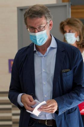 El actual presidente de la Xunta de Galicia y candidato por el Partido Popular, Alberto Núñez Feijóo, ejerciendo su derecho al voto.