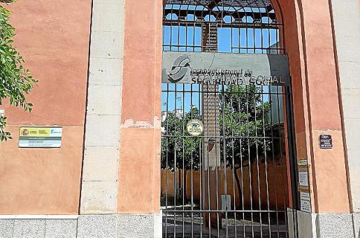 Sede del INSS de Felanitx con la verja cerrada.