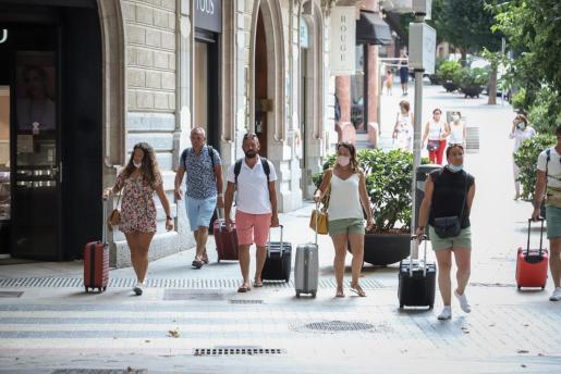 Los turistas que no lleven mascarillas también serán sancionados.