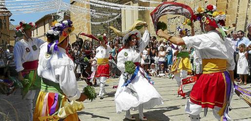 Cientos de vecinos disfrutaron con las danzas de los Cossiers en honor a Sant Jaume.