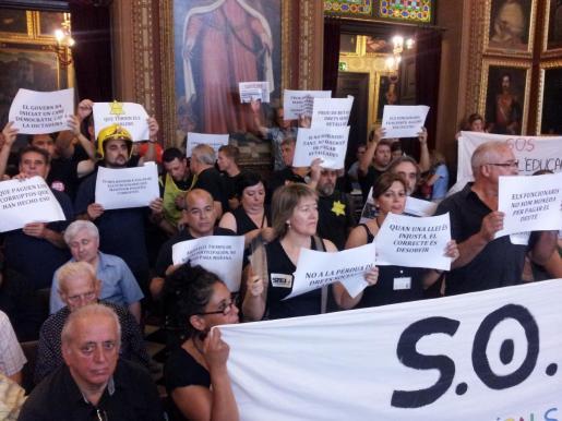 Representates de los empleados públics han protestado en el pleno de hoy, mientras muchos compañeros se concentraban en la plaza de Cort.