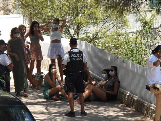 Los agentes controlaron los accesos a la playa.