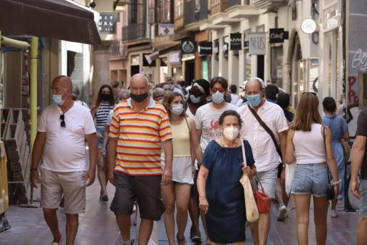 Desde este lunes, la mayoría de los transeúntes lleva la mascarilla puesta en la calle.