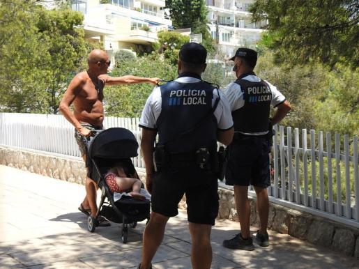 Agentes de la Policía Local de Calvià hablando con un turista.