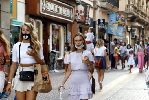 Gente paseando con mascarillas por Palma.