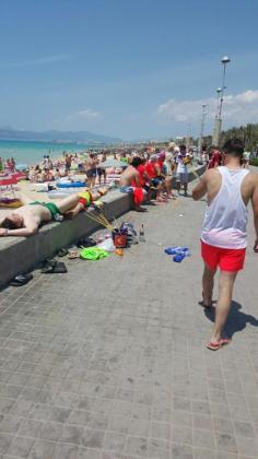 Pajitas y cubos como los de la fotografía no están permitidos en Baleares desde este miércoles.