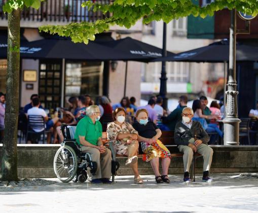 Varias personas con mascarillas este martes en el centro de Oviedo. El uso de la mascarilla es obligatorio desde este martes en las vías públicas de los núcleos urbanos de Asturias al margen de que se pueda mantener o no la distancia de seguridad.