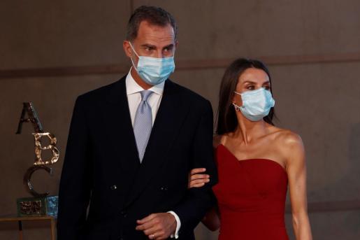 El rey Felipe VI y la reina Letizia en la ceremonia de entrega de los Premios Mariano de Cavia, Luca de Tena y Mingote, este lunes en Madrid.