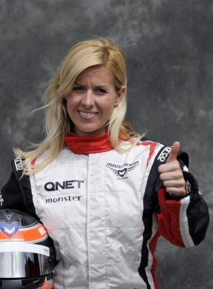 La piloto Maria de Villota posando para los medios en el circuito Albert Park en Melbourne (Australia).
