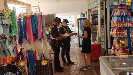 La Policía Local ya ha comenzado este miércoles a informar del decreto del Govern a los comerciantes y restauradores de Punta Ballena.