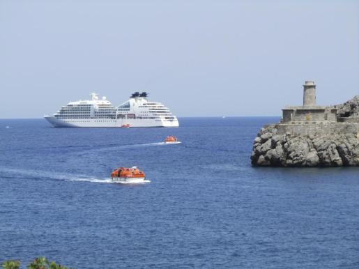 El crucero Seaburn Quest ha sido la primera de estas embarcaciones que ha hecho escala en el Port de Sóller.
