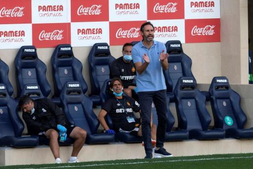 Vicente Moreno, anima a sus futbolistas durante un partido.