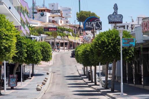 Vista general de la calle de Punta Ballena, en Magaluf.
