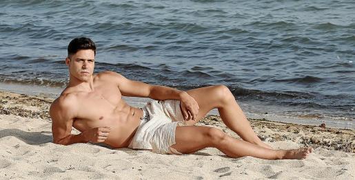 Roberto García bronceándose sobre la arena de la playa de Ciutat Jardí, listo para ir al certamen nacional.