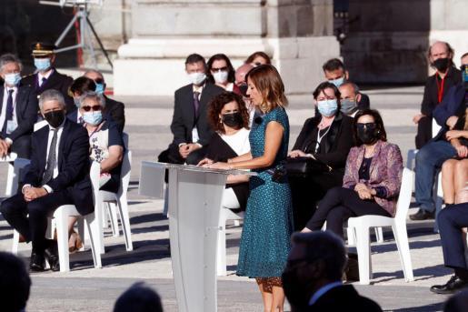 La enfermera jefe del servicio de Urgencias del Hospital Vall d'Hebron, Aroa López (d), ofrece un discurso en el Patio de la Armería del Palacio Real.