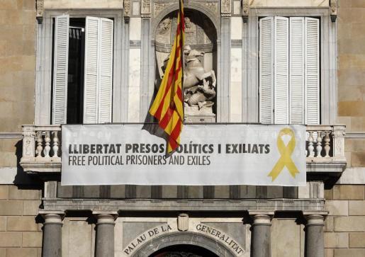 Imagen de archivo del cartel reclamando la libertad de los líderes independentistas presos y un lazo amarillo en la fachada del Palau de la Generalitat.