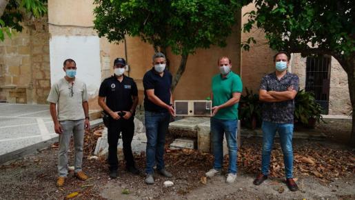 Las autoridades, con algunos de los ejemplares capturados.