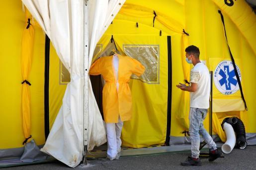 Un sanitario y un paciente entran en el hospital de campaña instalado ante el CUAP Prat de la Riba de Lleida.