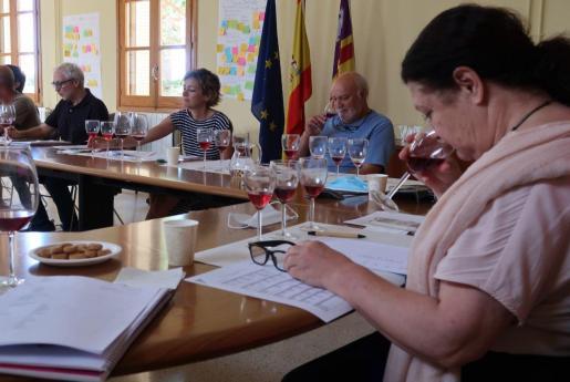 La Conselleria ha organizado este jueves una cata de vinos de estas variedades.