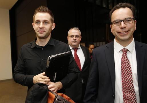 Max Schrems y el abogado Herwig Hofmann tras el veredicto de el Tribunal de Justicia Europeo.