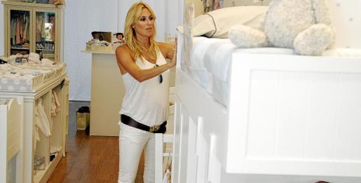 Carolina salió de compras por Palma con su madre y estuvo mirando mobiliario para cambiar a la pequeña Carla de la cuna a la camita, en espera de que nazca su hermanito.