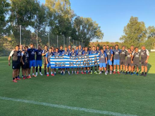 La plantilla y el cuerpo técnico del Atlético Baleares posan en su hotel de concentración en Mijas antes de enfrentarse al Cartagena en La Rosaleda por el ascenso a Segunda División.