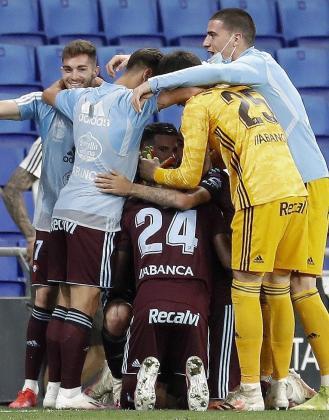 Los jugadores del RC Celta de Vigo celebran la permanencia en primera división.