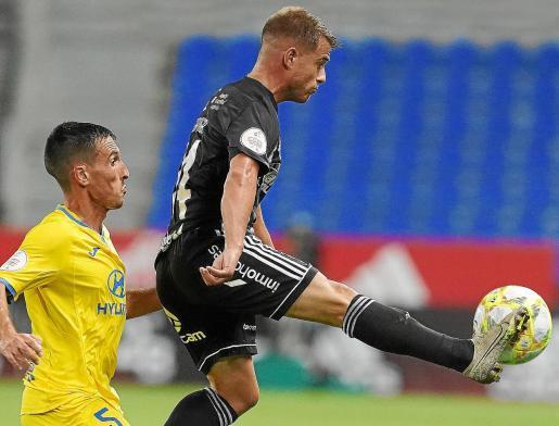 La acción en la que Gayarga cierra el paso al 'balearico' Borja es un reflejo del resultado que impidió este pasado domingo la promoción del equipo palmesano.