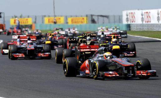 El piloto británico de Fórmula Uno del equipo McLaren Mercedes, Lewis Hamilton (c), parte en primera posición al comienzo del Gran Premio de Hungría.