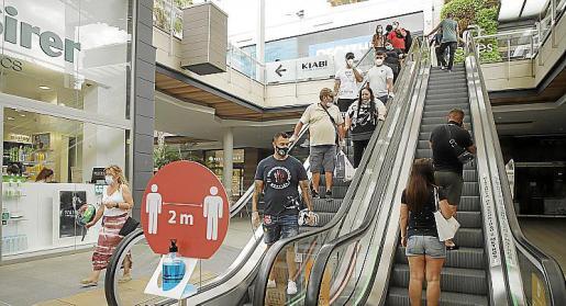Imagen de los accesos a la primera planta del centro comercial Fan Mallorca.