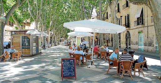 En calles y zonas peatonales y plazas no se permite la ampliación de las terrazas.