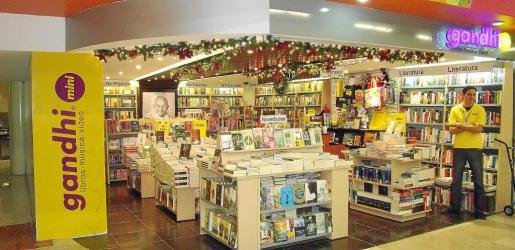 Imagen de una librería del aeropuerto de Guadalajara (México), con los libros de la editorial Dolmen en la sección de novedades.