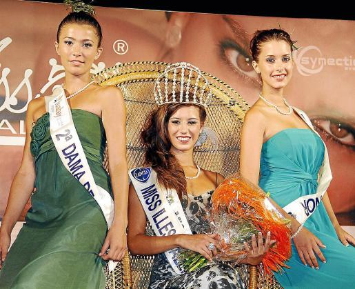 Marina Roselló, Miss Baleares 2012, posa con las dos damas de honor Maribel Martín (d) y Carmen Veny (i).