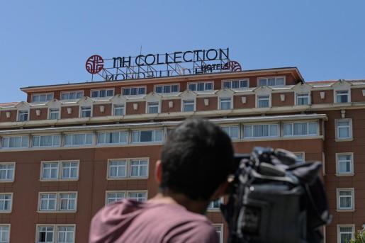 Un equipo de grabación permanece en el exterior de las instalaciones del hotel de A Coruña, donde se encuentran aislados los jugadores y el cuerpo técnico del Fuenlabrada.