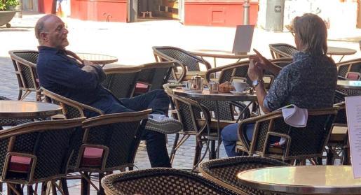 Andy Kohlberg, a la izquierda de la imagen, junto al expresidente Monti Galmés ayer en una conocida terraza de Palma.