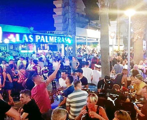 Platja de Palma. La imagen de ciudadanos alemanes sin mascarilla y sin guardar la distancia ha obligado a cerrar las populares calles del Jamón y de la Cerveza.