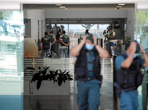Este sábado por la mañana continuaron los registros en la sede de la Autoritat Portuària de Palma. Joan Gual y los otros acusados estuvieron presentes, a pesar de que ya se encuentran en libertad con cargos tras pasar una noche en los calabozos.      FOTO : BOTA