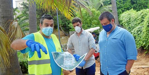 Jesús Jurado, a la derecha, con el director general Marc Herrera, recientemente en la excavación de la fosa de Sencelles.