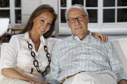 Miguel Boyer, exministro de Economía en el primer Gobierno socialista de Felipe González, y su esposa Isabel Preysler, posan en el porche de su residencia.