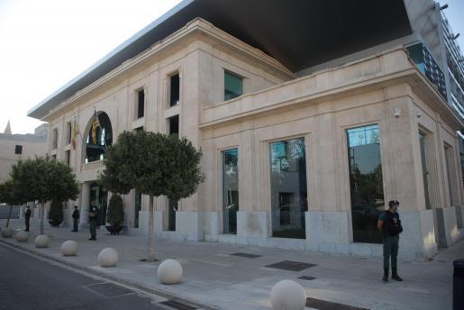 La Guardia Civil ante la sede de la Autoridad Portuaria de Baleares.